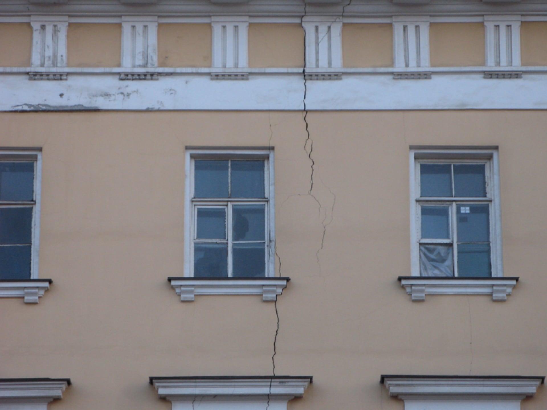 почему происходит выпадение керамогранита на фасадах зданий толще плотнее